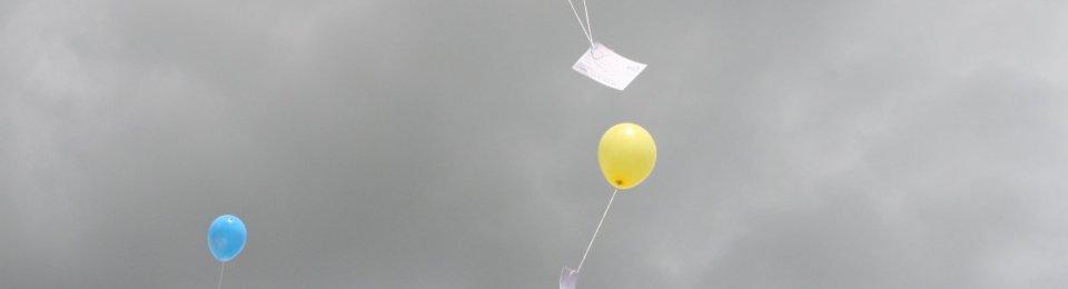foto concorso palloncini su cielo grigio
