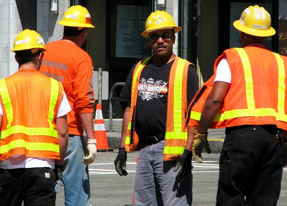 foto lavoratori edili con gilet arancione