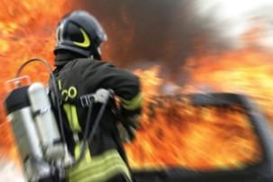 immagine incendio con pompiere
