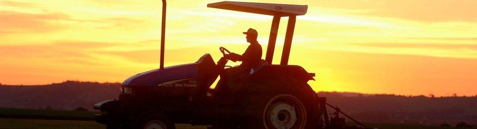 foto trattorista con tramonto