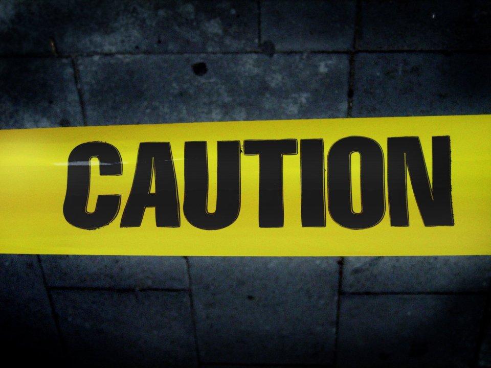 foto scritta Caution