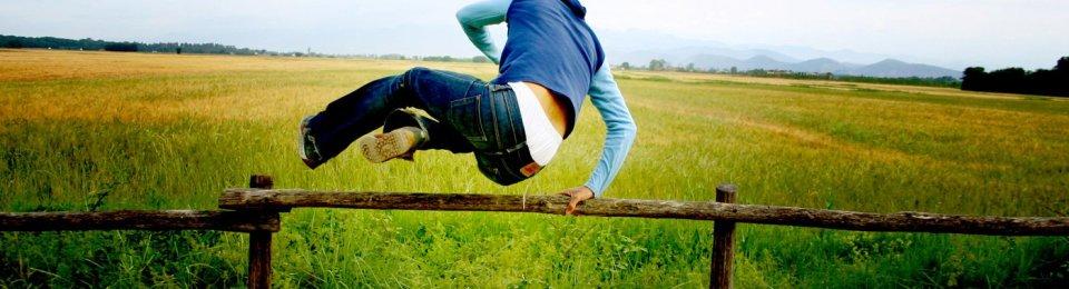 foto ragazzo che salta una staccionata