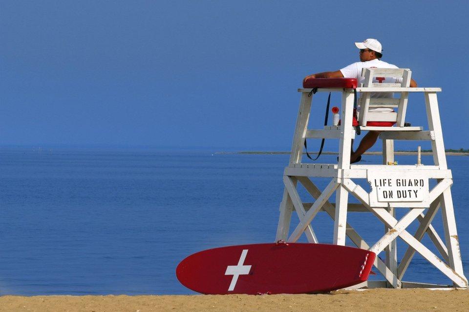 Foto torretta bagnino in spiaggia