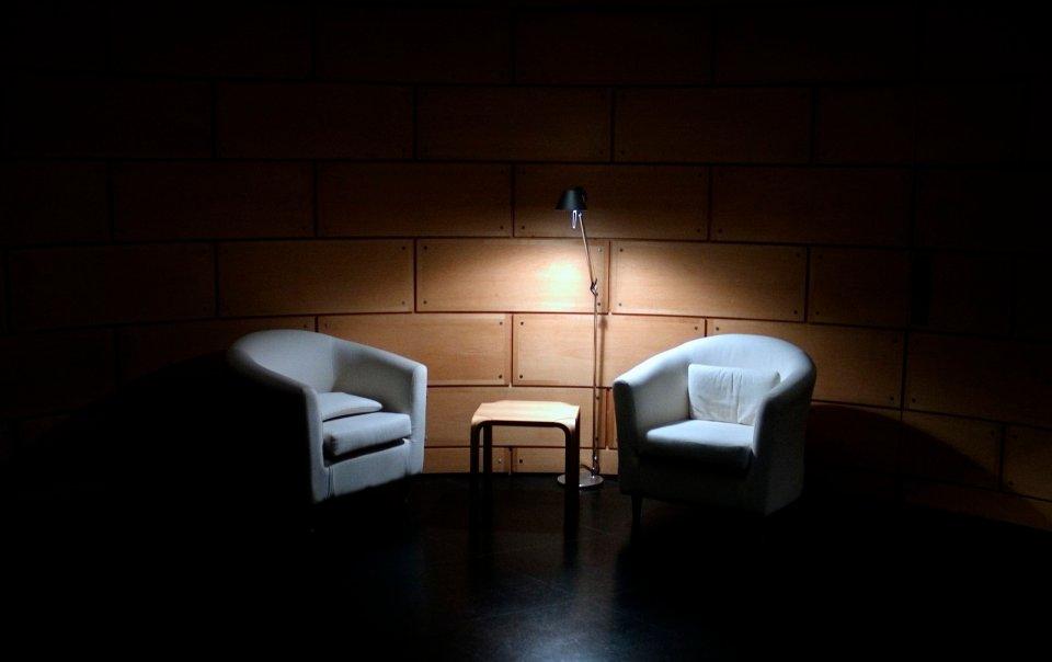 foto sala con poltrone e luce