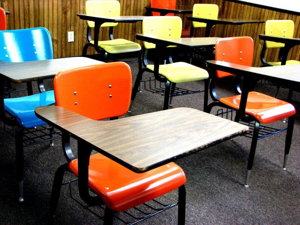 foto banchi di scuola con sedie colorate