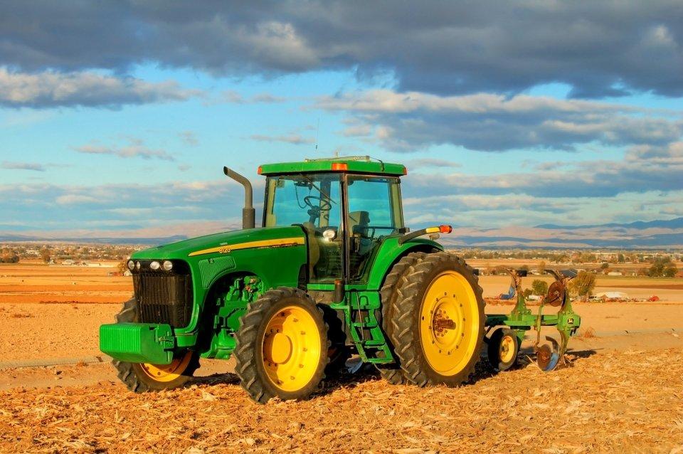 foto trattore su campo