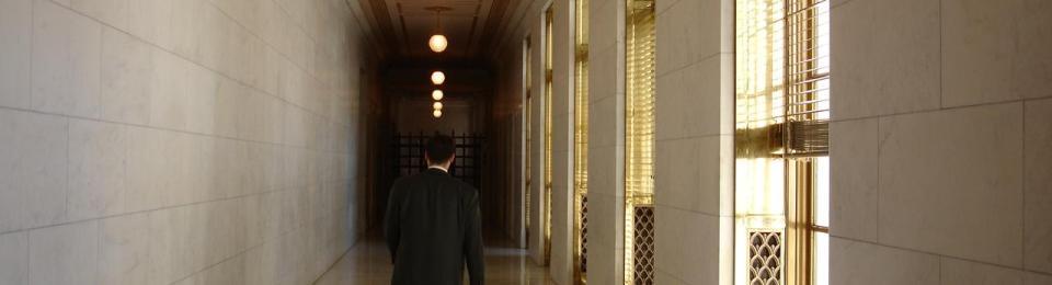 foto uomo presso corridoio Suprema Corte americana